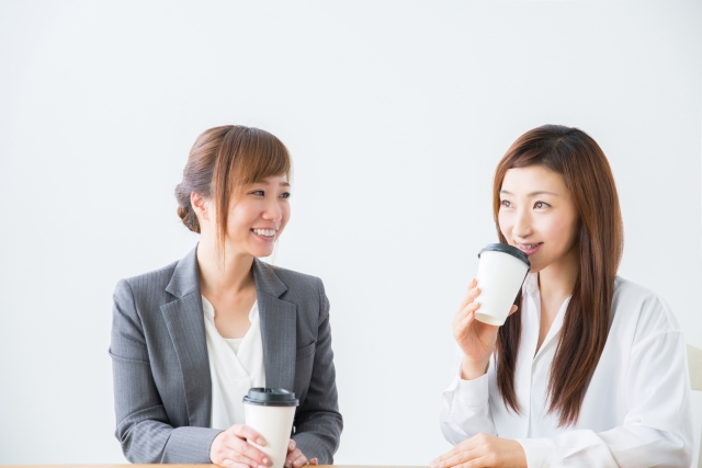 仲間と話して和む女性たち