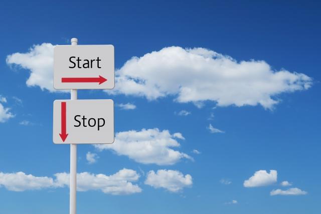 青空をバックに「start」と「stop」の看板