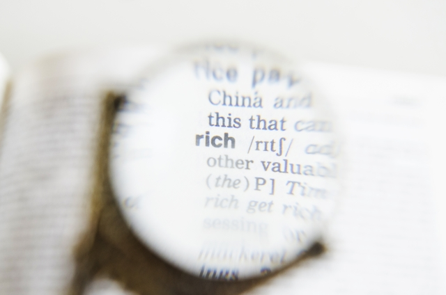 本に浮かびあがる「rich」の文字