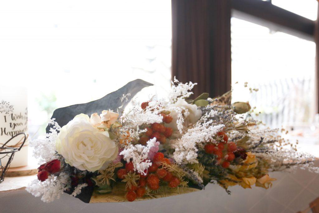 高砂席にはドライフラワーの花束を配置